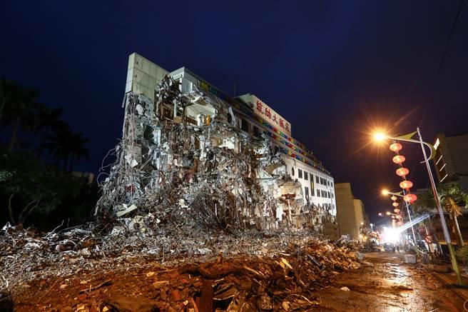 地震中坍塌的花莲统帅大饭店。(图)