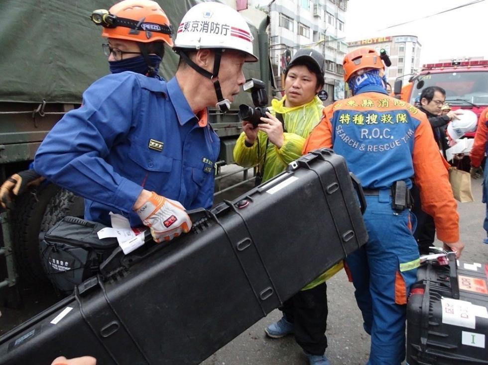 """赴台的日本救援队:""""我们是不会进去的!在外面教你们。"""""""