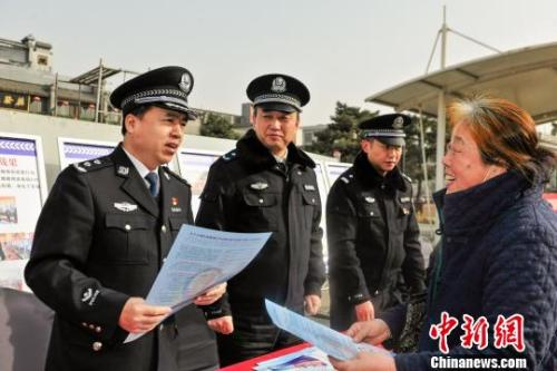 2月7日,广州警方向媒体展示涉案的火车票。中新社记者 陈骥旻 摄
