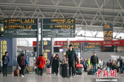 资料图:机场航站楼旅客。刘艺 摄