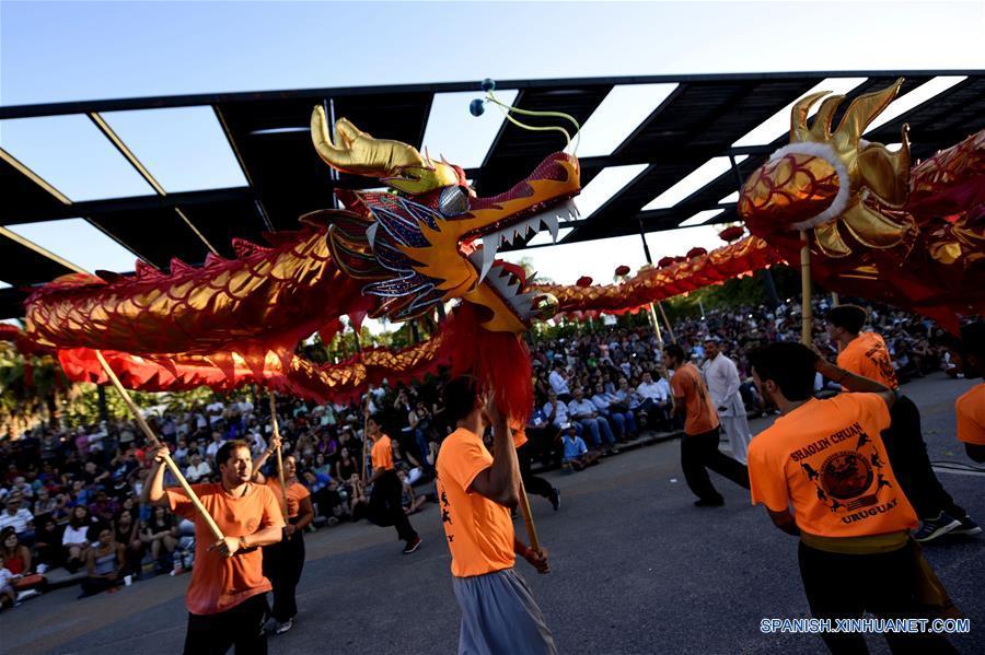 Miles de uruguayos celebran el Año Nuevo chino