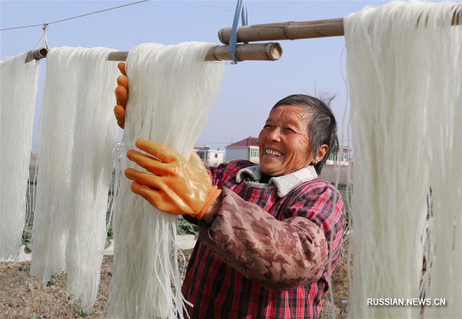 Как сушат лапшу к празднику Весны в провинции Цзянсу
