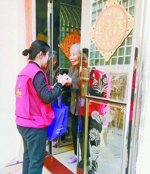 老来俏的助老员上门为老人送温暖、送慰问。