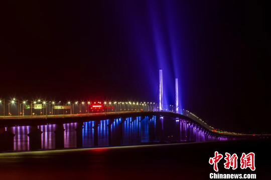 图为港珠澳大桥主体工程全线亮灯的灯光夜景。 陆绍龙 摄