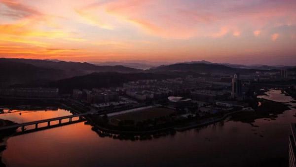 新县城区的英雄山上,鲜红的旗帜象征着从这里走出的红色武装