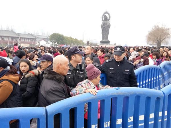 天天好日子心水武汉归元寺大年初一涌进27万游客 民警用身体围成应急导流槽