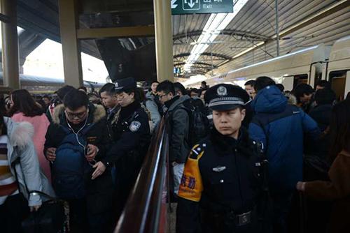 春运返程高峰铁警增派警力疏导出站客流