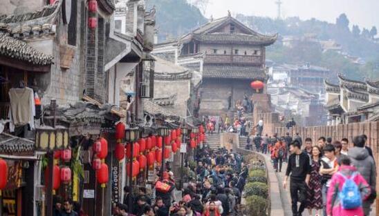 2月17日,正值农历大年初二,湖南凤凰古城内人头攒动,众多海内外游客选择来到凤凰古城感受新春年味。