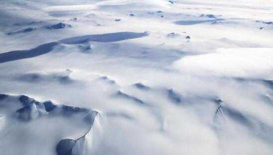 """资料图:NASA""""冰桥行动""""拍摄到的南极半岛山脉冰川。"""