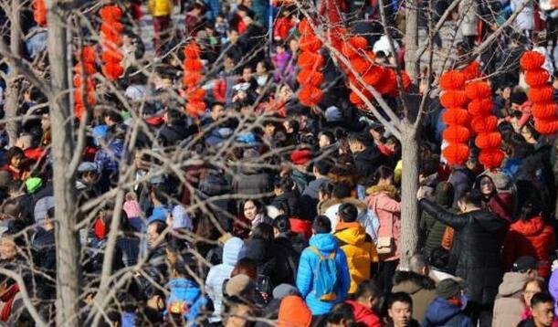 2月16日,北京市通州区运河庙会上人山人海,当日是农历正月初一,北京各大庙会相继开市,民众前往庙会迎春。