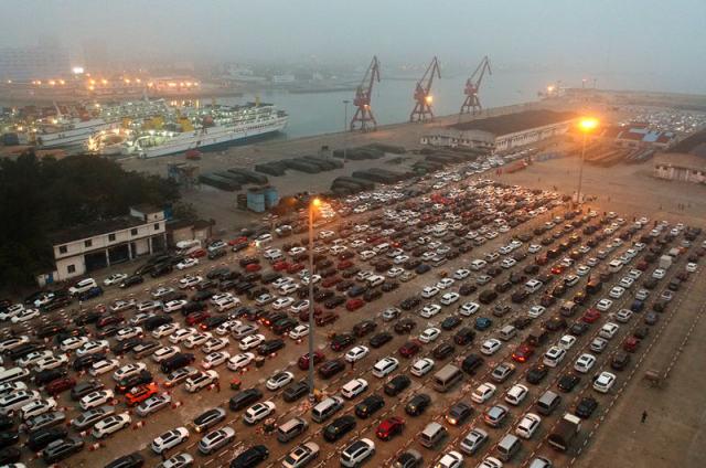 2月22日,汽车在海口市秀英港港区内排队等待出岛。