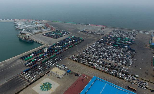 2月22日,汽车在海口市新海港港区内排队等待出岛。