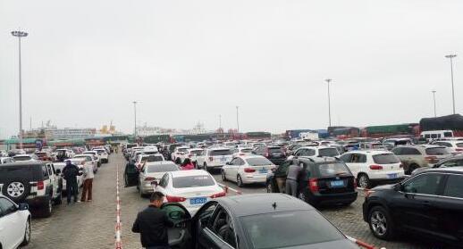 2月23日,海口新海港内,大批车辆等待上船。