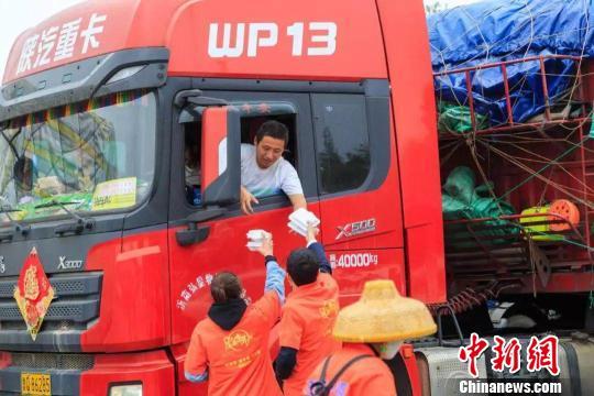 旅游爱心志愿者为货车司机提供免费午餐