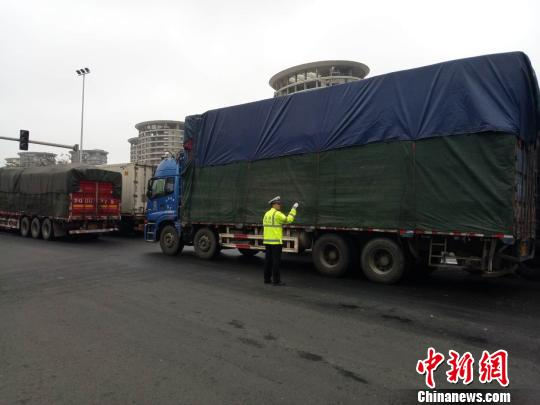 2月23日,海口公安交警在滨海大道上指挥交通。