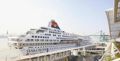 """丽星邮轮""""双子星""""号靠泊厦门港。 (资料图)"""