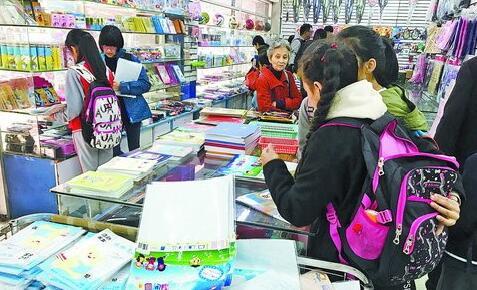 孩子们在文具店买书皮