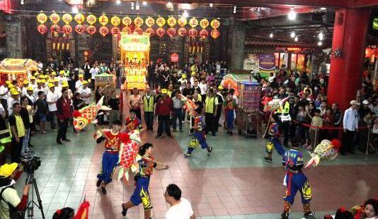 2月24日晚,高雄意诚堂关帝庙年度传统乞龟活动盛大举行。图为民俗表演。