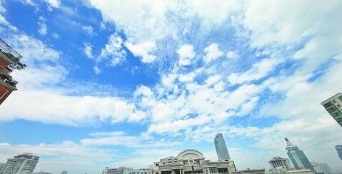昨日下午雨过天晴,市区上空出现蓝天白云