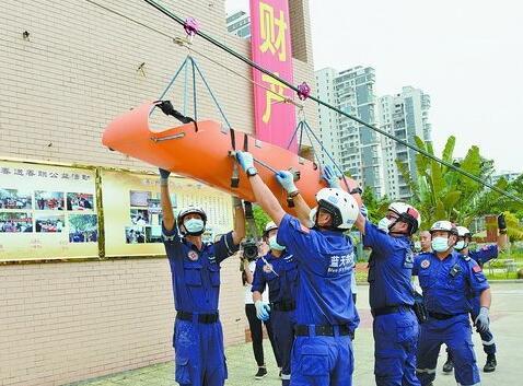 ▲蓝天救援队队员进行转移高层建筑伤员演练