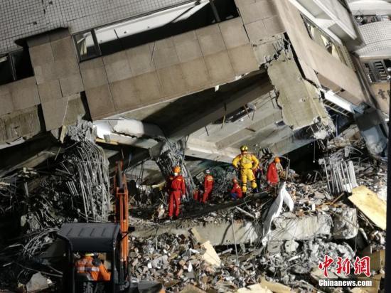 资料图:坍塌的花莲云门翠堤大楼,救援人员进行搜救。