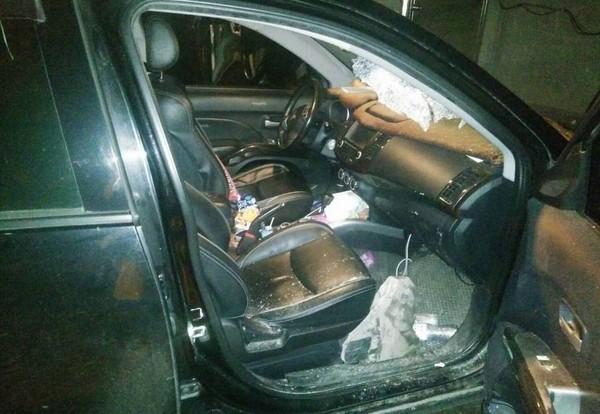 """高女驾驶的车辆挡风玻璃破了个大洞,副驾驶座到处都是玻璃碎片。(图片来源:""""东森新闻云"""")"""