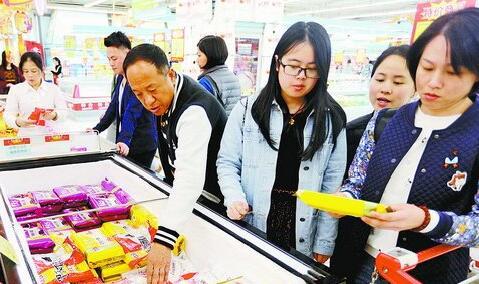 ▲大润发超市的汤圆元宵节做活动,消费者络绎不绝