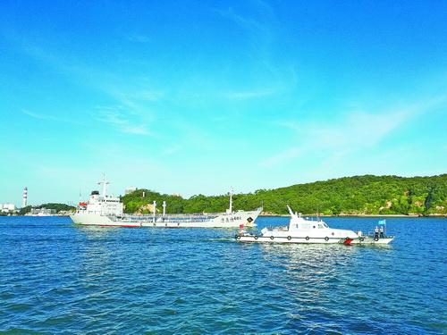 海事局巡逻艇护航船舶进港
