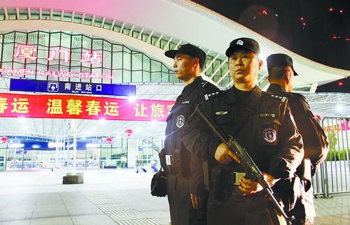 巡特警在厦门火车站开展武装巡逻
