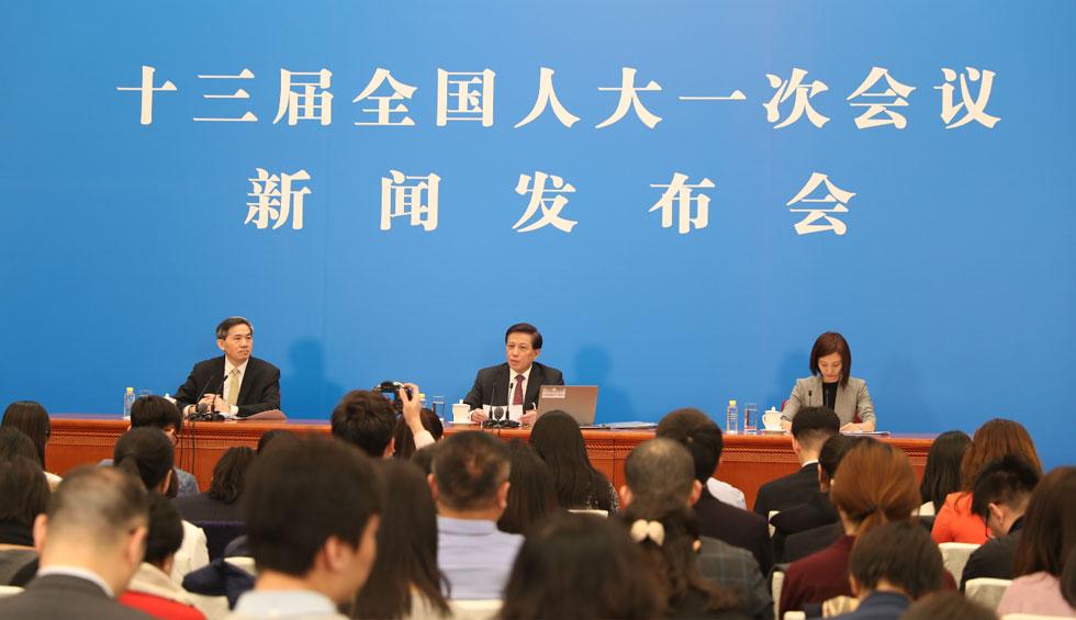 3月4日,十三届全国人大一次会议在北京人民大会堂举行新闻发布会。大会发言人张业遂就大会议程和人大工作相关的问题回答中外记者的提问。
