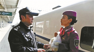 铁警丈夫为列车长妻子送饭4年:只能见面2分钟