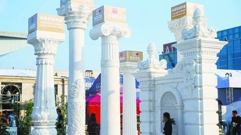 展馆外的巨型石柱展示。