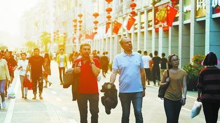 昨日惊蛰,午间炎热如夏,图为下午时穿着清凉的街头行人。