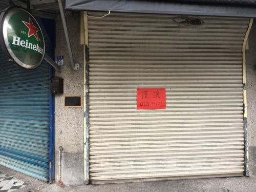 """地震后,花莲街头随处可见店家门上贴着红色的""""顶让""""等字样。"""