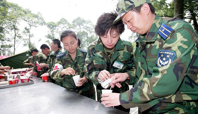 汶川地震救援中,王宜教战士们泡干酵母粉治疗空腔溃疡。(崔文斌 摄影)