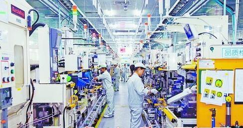 工人们在捷太格特明亮整洁的生产线上工作