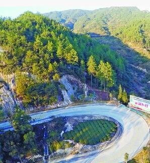 """今年,我市农村公路将发生一系列重要变化,一批等级高、风景美、生态优的""""示范路""""将在更多的乡村中出现。图为绿色畅通的乡村盘山公路。"""