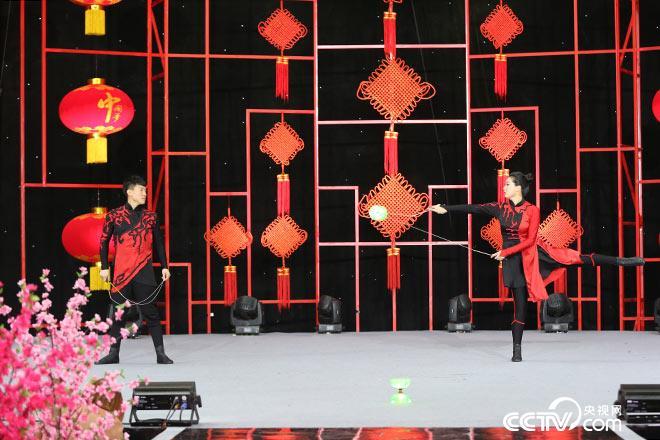 高红星、陈秋雨展示高难度空竹表演