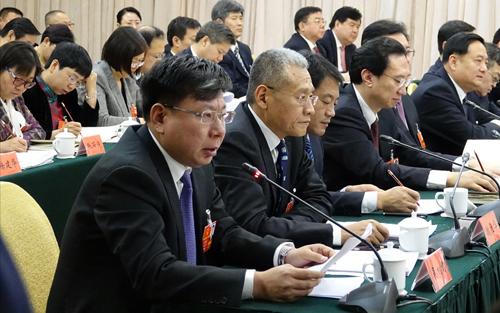 全国人大代表、以岭药业总经理吴相君(左一)