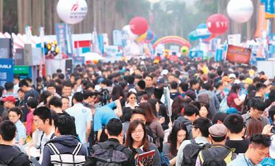台大校园椰林大道上挤满招聘人员及找工作的年轻人。