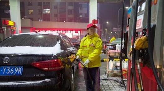 ↑山西太原,加油站工作人员给车辆加油。