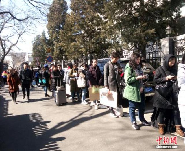 ↑3月8日中午,中央戏剧学院偶剧系考生正在排队。袁秀月 摄