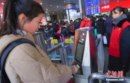 """高科技投入2018年春运,旅客""""刷脸""""进站。中新社记者 贾天勇 摄。"""