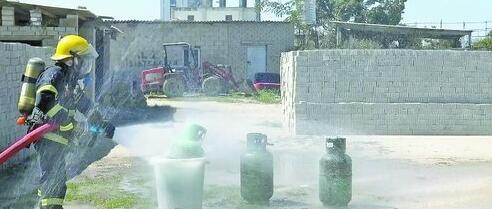消防官兵对煤气罐进行喷水冷却