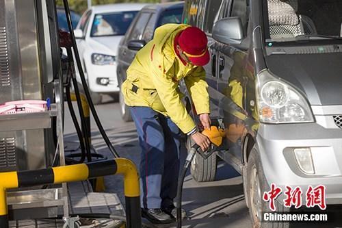 资料图:山西太原,车辆正在加油站加油。