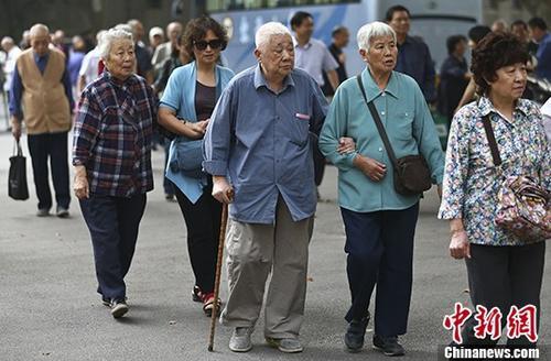 图为南京一所高校的退休教师们参加活动的资料照片