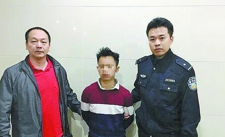 民警将嫌疑人赵某抓获。(海沧警方供图)