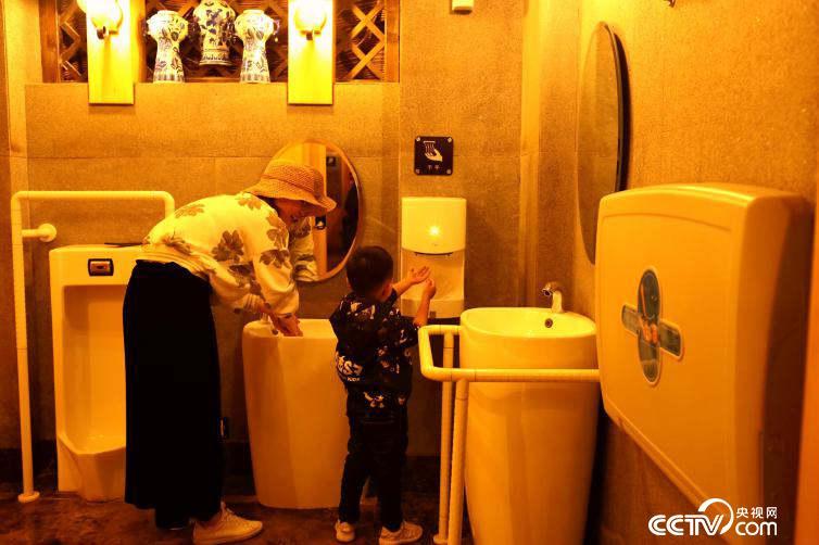 丽江古城的厕所内都设有极为人性化的第三卫生间,设施全部按照无障碍设计规范设计,还特别增设了儿童小便位、儿童安全座椅等。