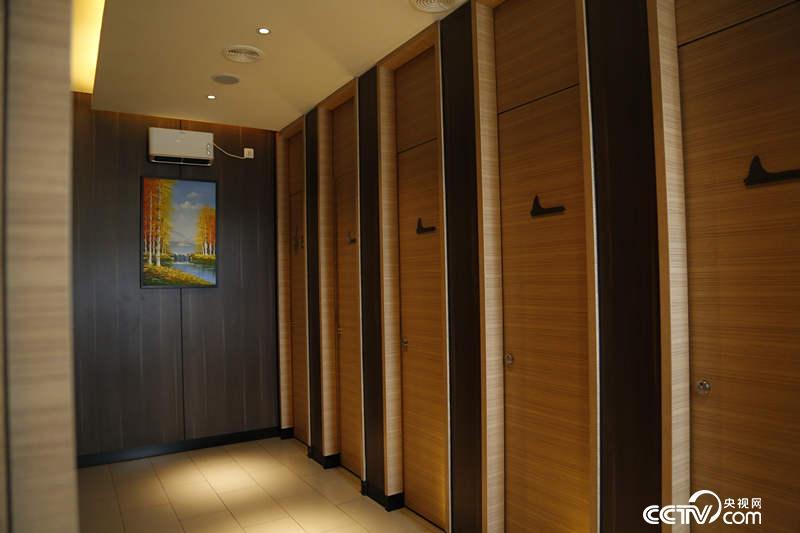 北京市海淀区中关村的一座公用厕所内部。