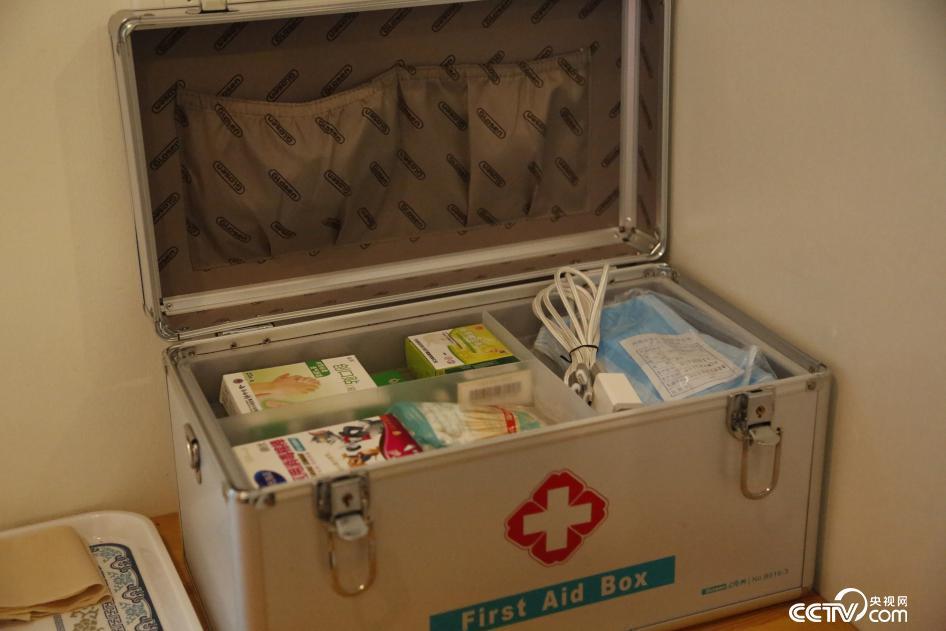 北京市海淀区中关村的一座公用厕所内配备了医药箱等服务设施。